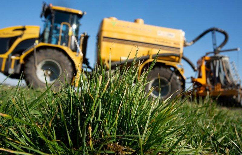 Water kun je toevoegen in de mestkelder, via het sproeien van de roosters of bij mest uitrijden.