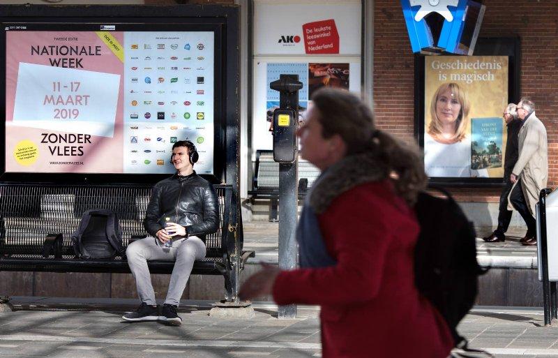Een reclameposter wijst treinreizigers op de Nationale Week Zonder Vlees.