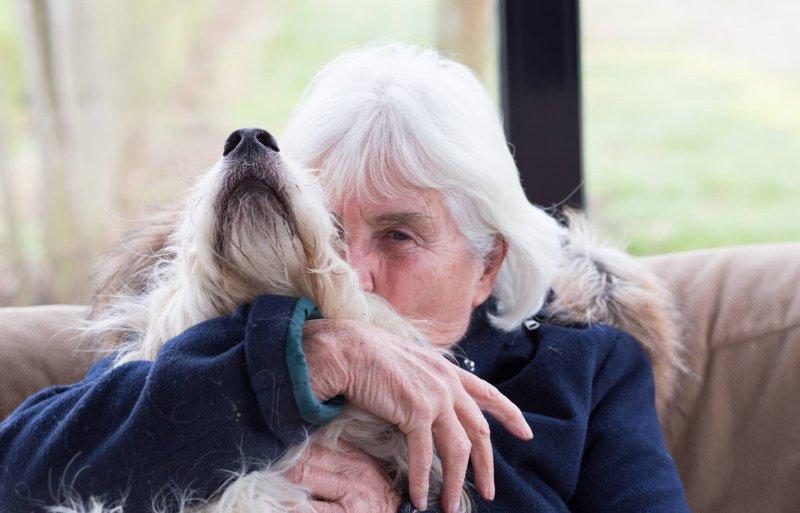 Bewoner Arendien met hond Kekie.