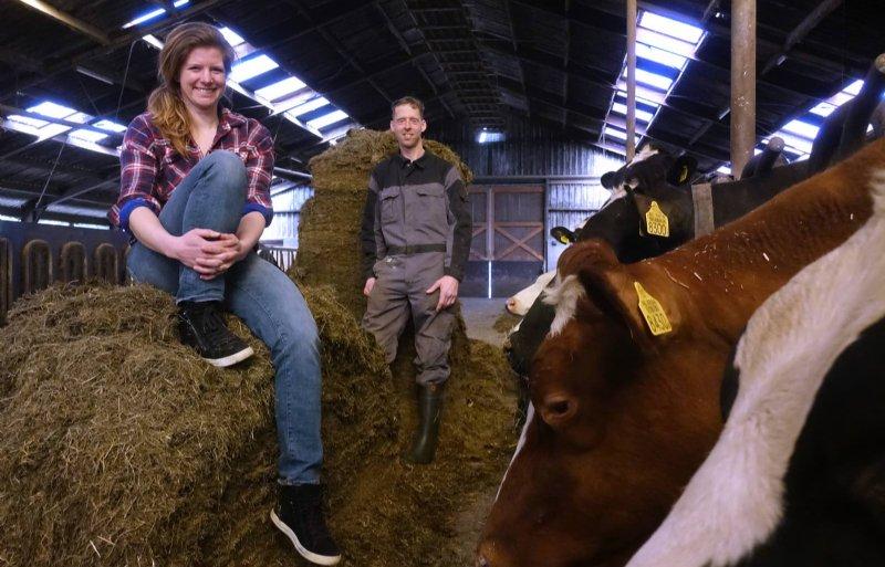 Wendy en Jan Tjeerdsma uit De Veenhoop zaaiden vorig jaar voor het eerst kruiden- en bloemenmengsels in.
