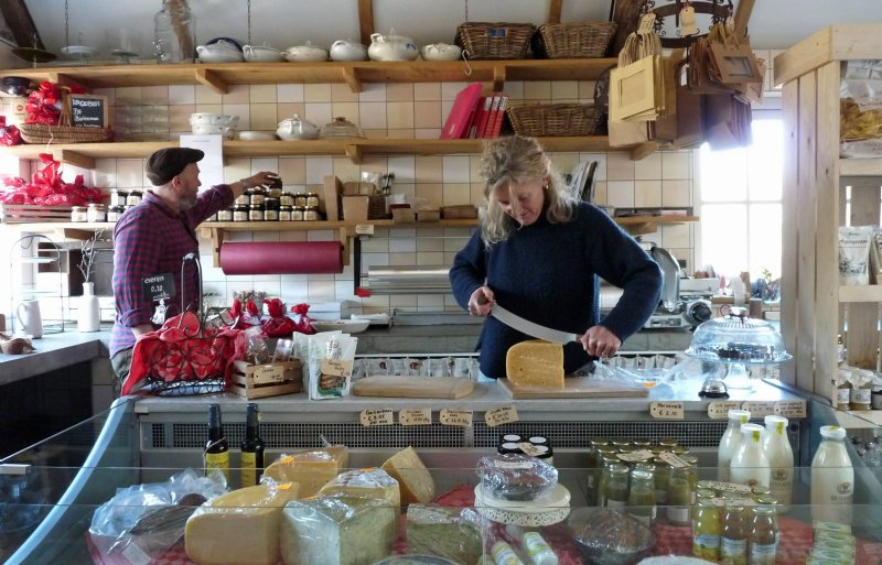 In de winkel verkopen de ondernemers hun eigen biologische producten en streekproducten van anderen.