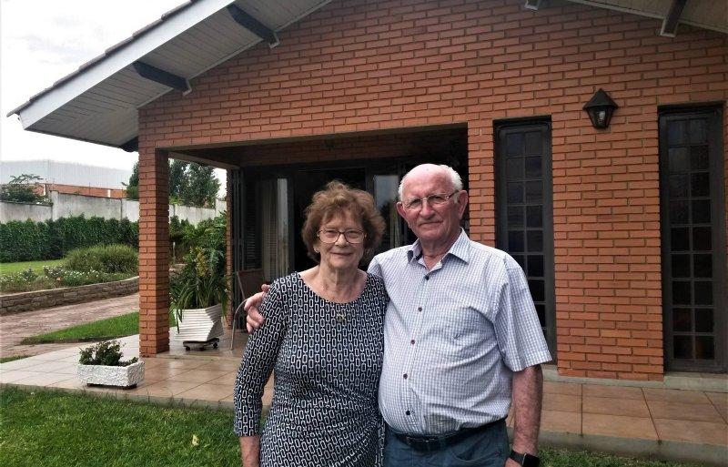Betsie en Willy van Lieshout voor hun huis in Não-Me-Toque.