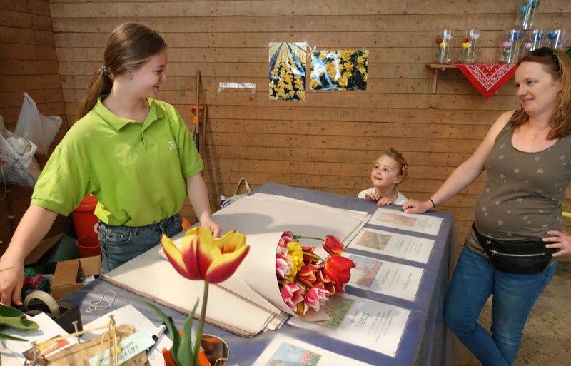 Dochter Anna Daniëls pakt een bos tulpen in voor een klant.