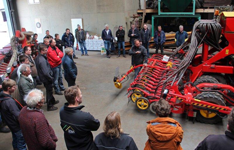 Delphy-adviseur Christoffel den Herder geeft uitleg bij de zaaitechniek van Väderstad.