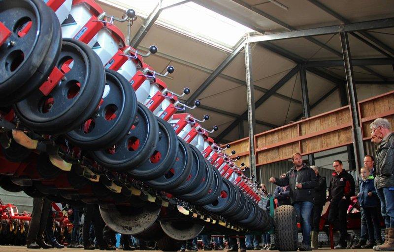 De preciesiezaaitechniek van de Kverneland Optima heeft een gunstig effect op de mechanische onkruidbestrijding.