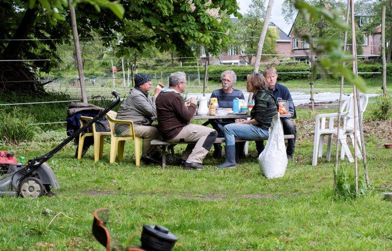 Samen lunchen is bij tuinderij een belangrijk onderdeel.