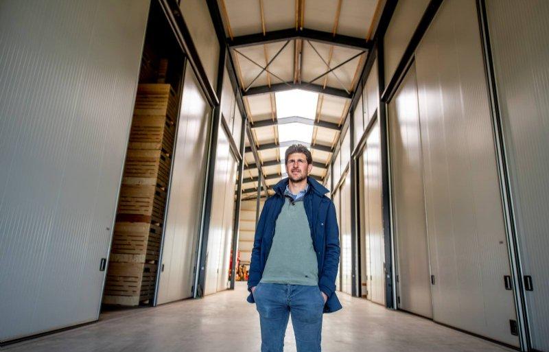 Leo Vogels in de het gangpad dat baadt in het natuurlijke licht.               .