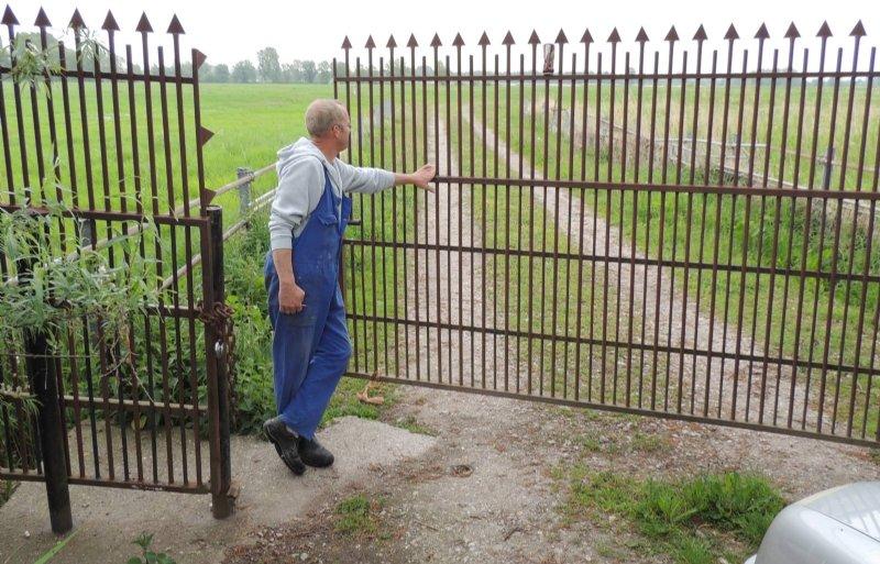 Een hek houdt ongewenste bezoekers weg.