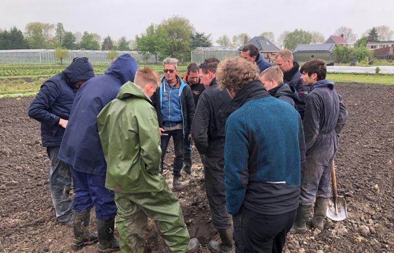 Een bodemcoach aan het werk met een groep telers.