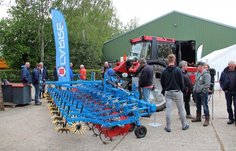Tijdens de innovatiemiddag in Wedde was er veel belangstelling voor de schoffelmachine van Carré.