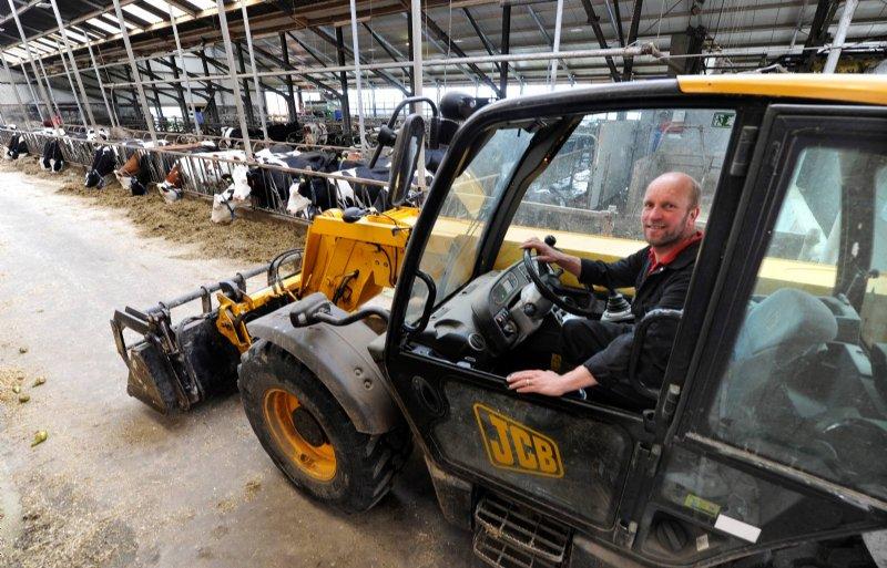 De boerderij telt 115 koeien die met twee melkrobots worden gemolken.