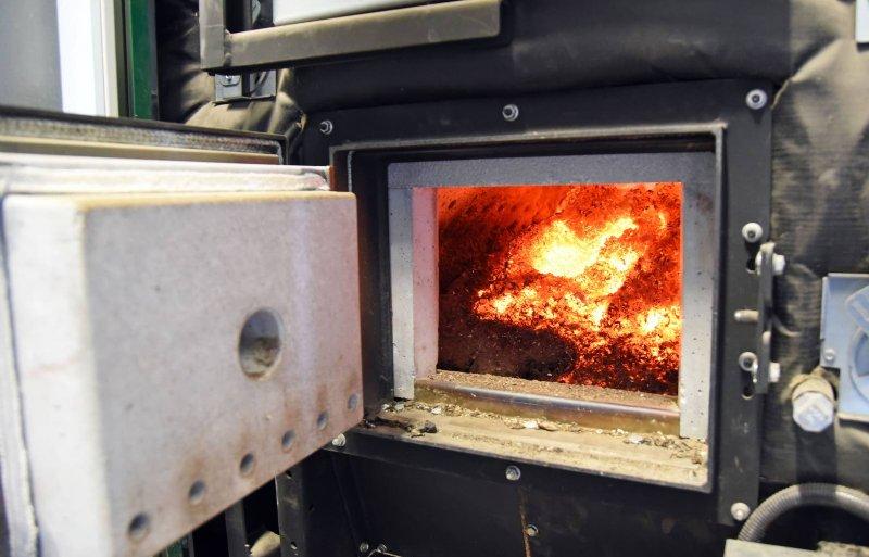 Een houtkachel verwarmt de drie pluimveestallen.