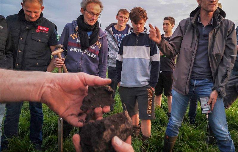 Bodemadviseur Jan van Berkum (tweede van links): 'Droogte wordt ook in veenweidegebied actueel.'