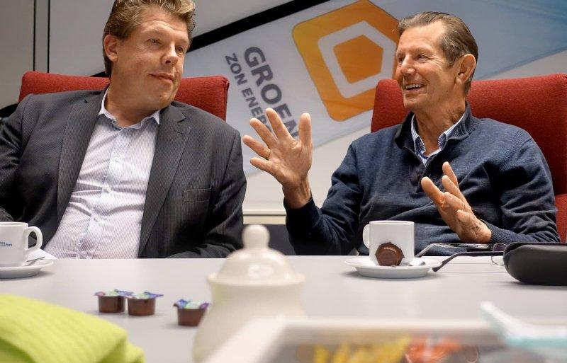Theo Groen junior (links) en Theo Groen senior hebben op hun voormalige glastuinbouwbedrijf in Luttelgeest een zonneweide van 13.500 panelen.