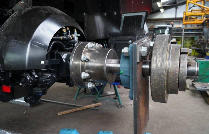 De achteras in aanbouw met zelfontworpen montagebus en assteun. Dit model krijgt tevens een luchtdrukwisselsysteem.