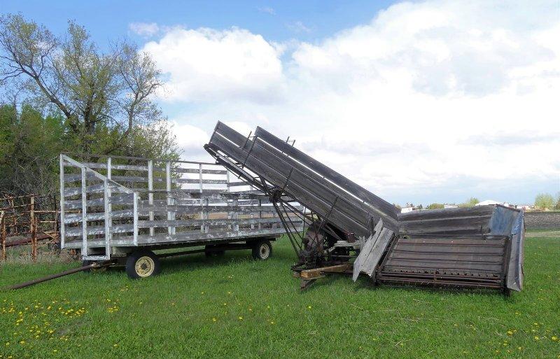 Een machine voor het laden van graanschoven die in een hok staan. Deze wordt voor demonstraties op evenementen gebruikt.