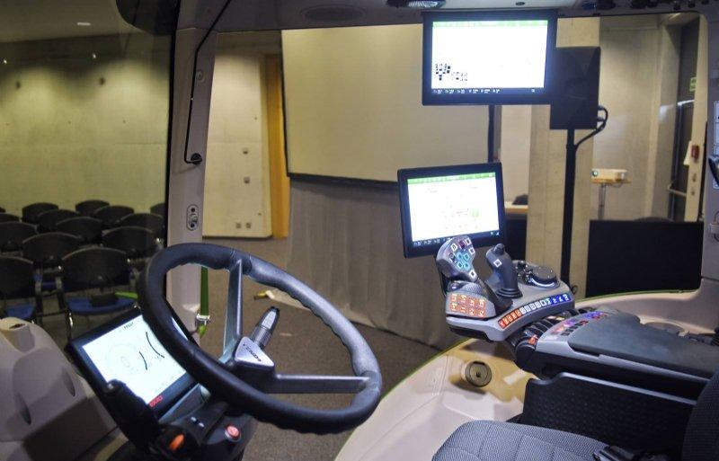 Het nieuwe cabineconcept van Fendt met een programmeerbare armleuning, een digitaal dashboard en twee touchscreens.