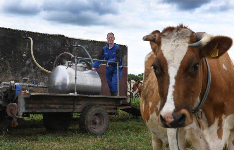 Tijdens het weideseizoen melkt Willem van Hemert de koeien buiten in de weidemelkwagen.