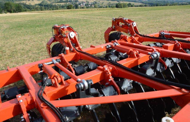 De bodemdruk van de Optimer L wordt geregeld per chassisdeel. Sensoren houden de bewerkingsdiepte voor de schijveneg gelijk.