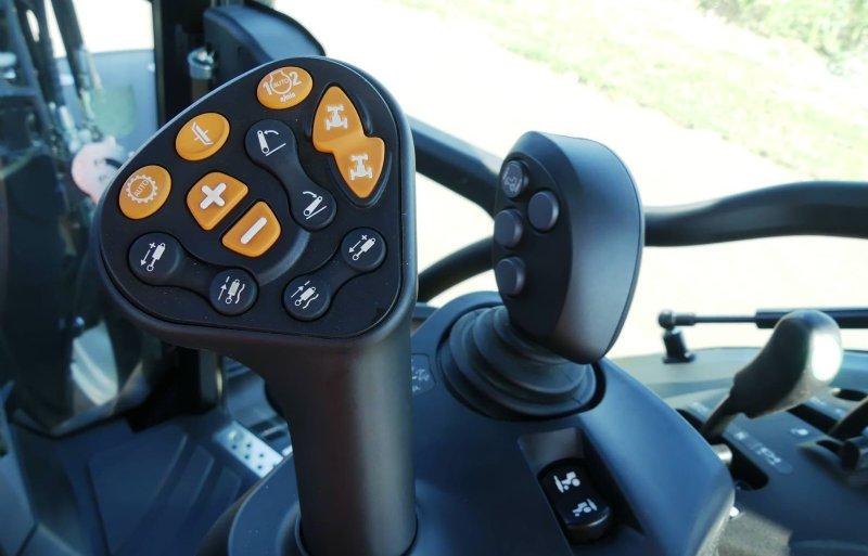 De Multicontroller II is compact gebouwd. De bestuurder kan daardoor ook rechts in- of uitstappen.