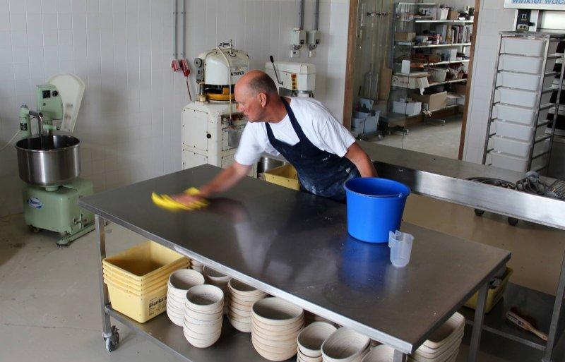 Bakker Wiebrand van der Wijk is actief in de oude werkplaats.