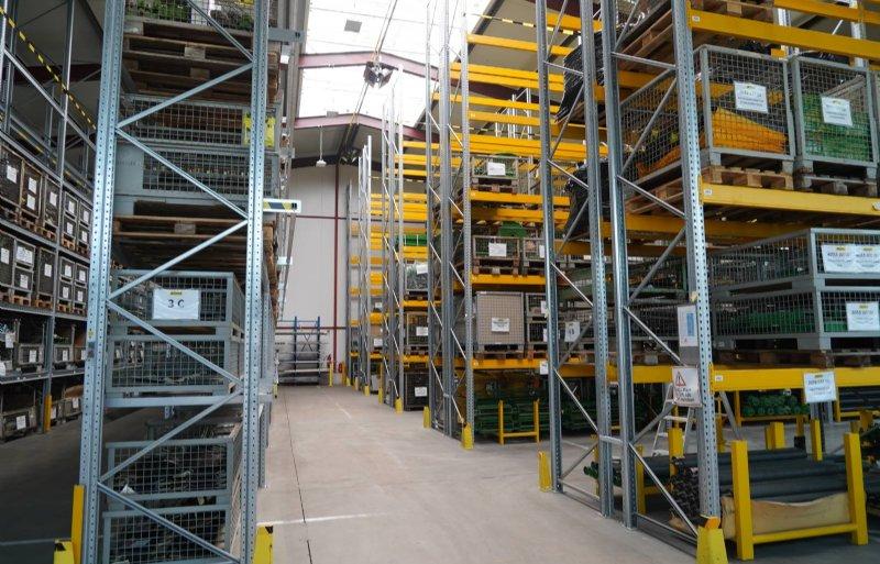 In Viersen, net over de grens bij Venlo, heeft Ropa een eigen locatie voor de onderdelenvoorziening.