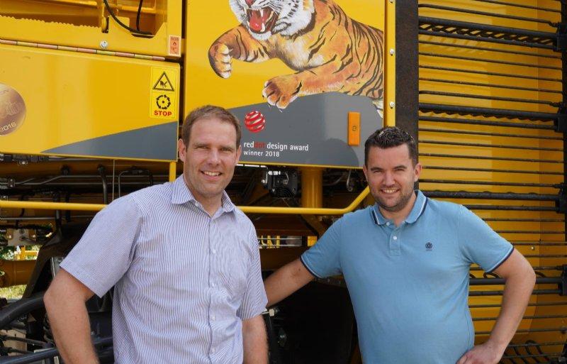 Fabrieksvertegenwoordiger Michael Halcour (links) met dealer Mathieu Perdaems.