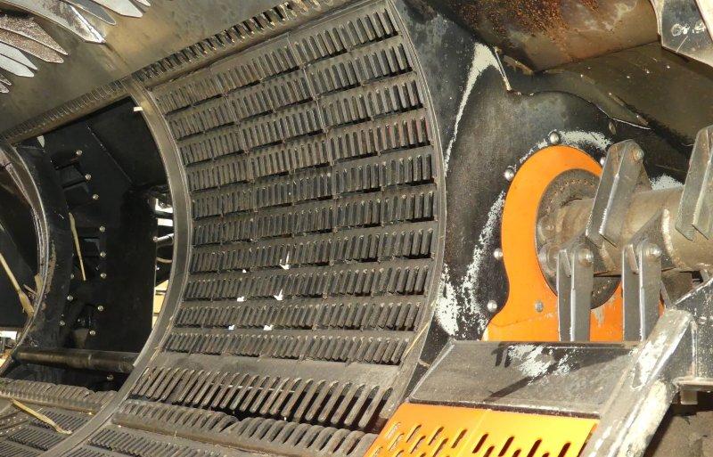 Met hakselaars aan de beide zijkanten van de combine wordt het stro naar buiten geblazen.