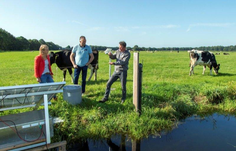 Evert Kremer (midden) uit Stegeren experimenteert met computergestuurde drainage.
