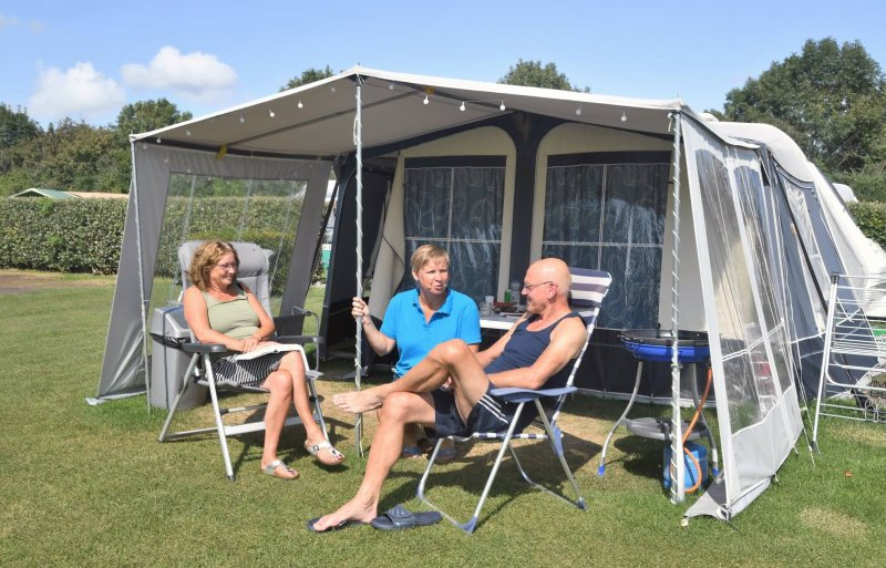 Joyce de Visser maakt een praatje met Nederlandse gasten op haar minicamping.