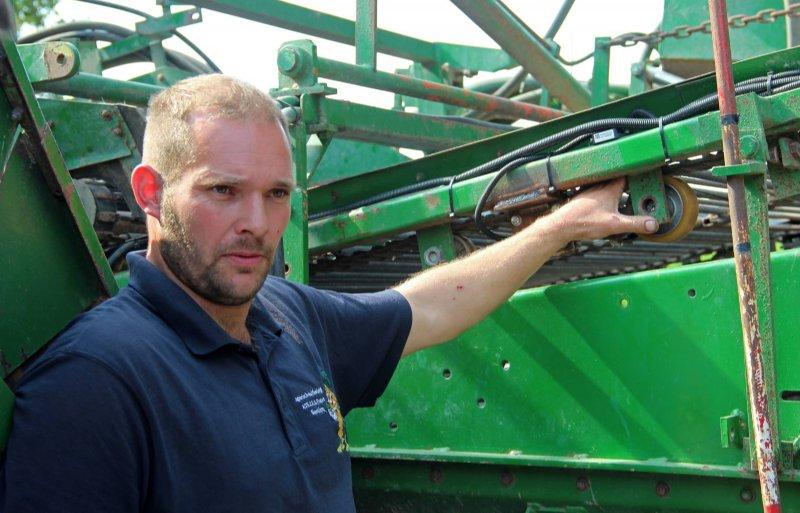 Bart van Loon geeft uitleg bij de uienrooier met opbrengstmeting.