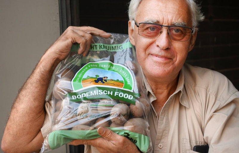 Arnold van Woerkom levert aardappelen aan een lokale supermarkt.