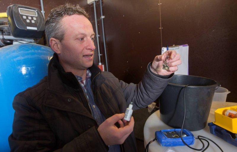 Joost Straathof controleert of het bronwater schoon en drinkbaar is voor de varkens.