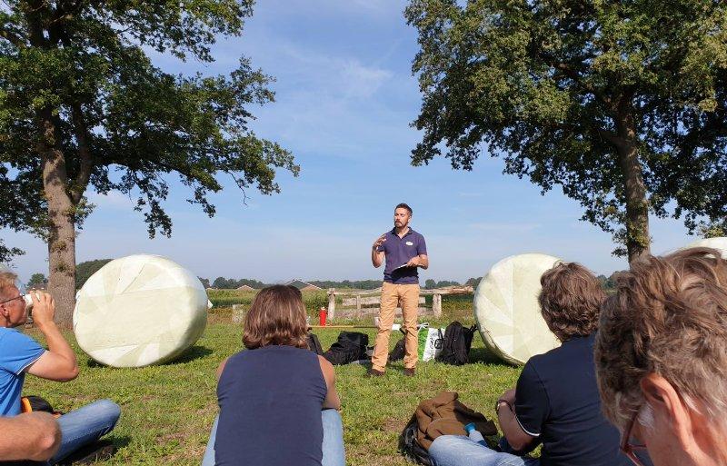 Deelnemers luisteren naar elkaars verhaal.