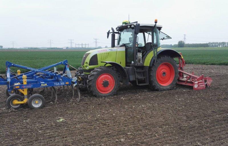 De cultivator snijdt de bovengrond, en daarmee het onkruid, volledig los. Vervolgens kan er direct gepoot of gezaaid worden.