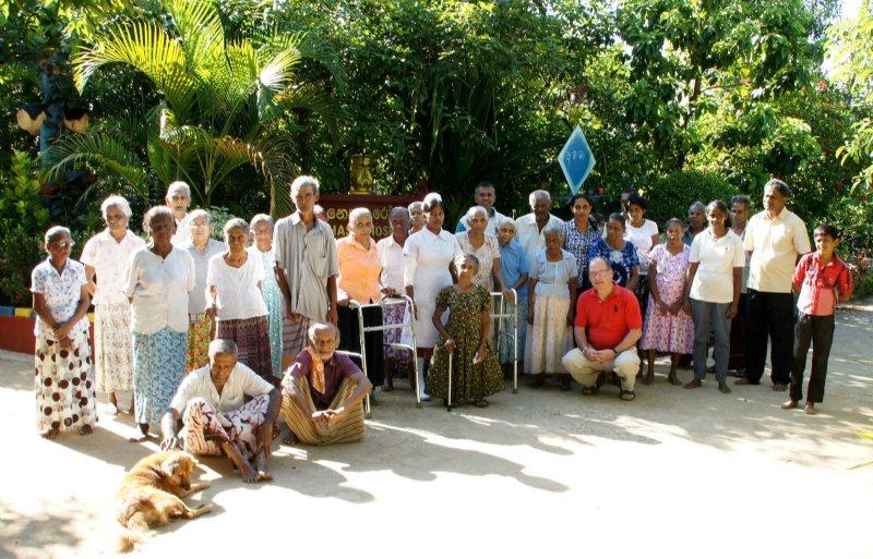 De bewoners van het bejaardenhuis in Sri Lanka, dat door stichting Senehasa wordt beheerd.
