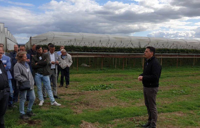 Berno Schouten geeft uitleg op de plek waar de biomassacentrale komt.