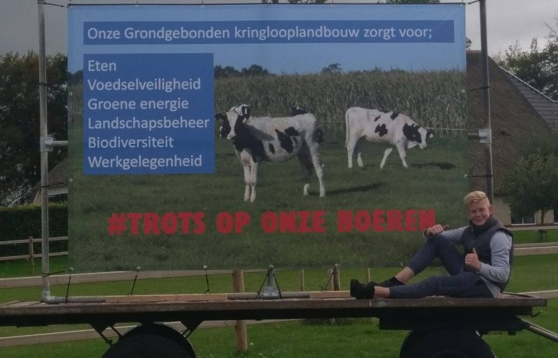 Melkveehouder Henk Hulshoff plaatste een spandoek in het land.