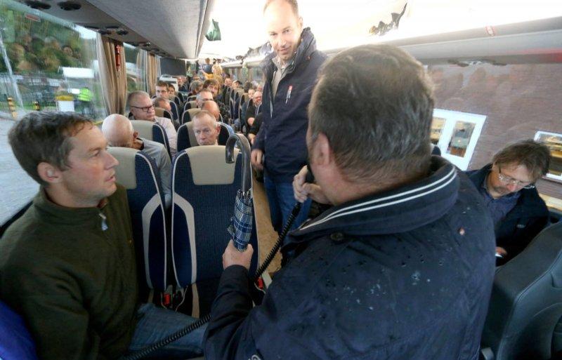Vanuit Rilland vertrekt een bus met Zeeuwse boeren naar Den Haag.