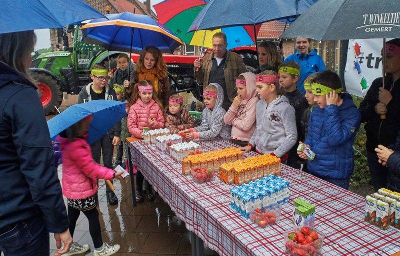 Kinderen van agrarische ondernemers delen melk en aardbeien uit op hun basisschool Den Dijk in Odiliapeel.