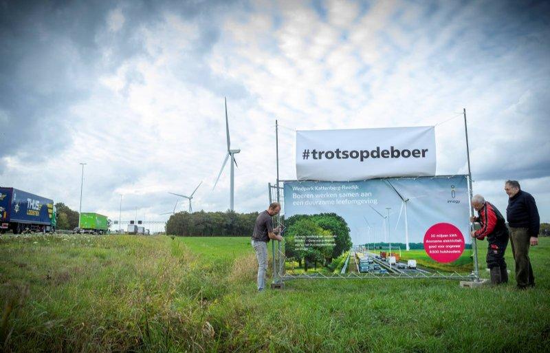 Melkveehouders uit Oirschot en Moergestel hangen een banner langs de A58 ter hoogte van Oirschot bij Windpark Kattenberg-Reedijk. Dit park is mede door hen mogelijk gemaakt. Ze maken de voorbijrazende verkeersdeelnemers duidelijk dat boeren al een belangrijke bijdrage leveren aan een beter milieu.