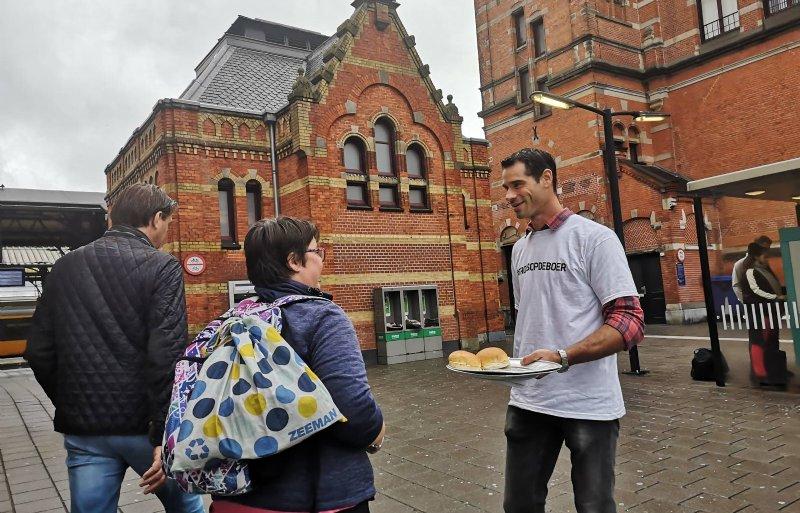 Tjepko Schimmel deelt broodjes uit voor het hoofdstation van Groningen.