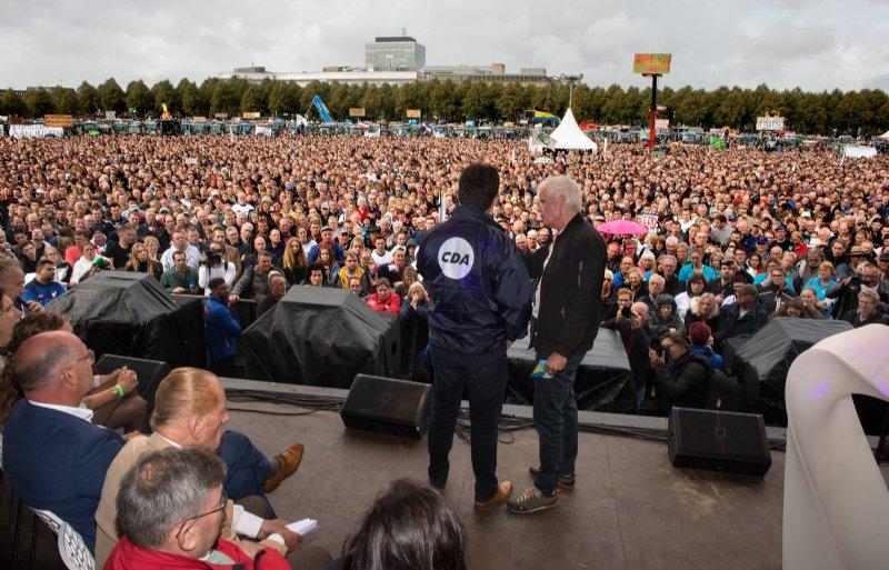 Diverse politici, zoals CDA-Kamerlid Jaco Geurts, spraken de menigte toe.