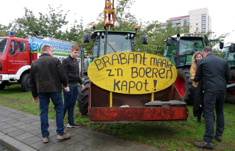 Volgens de actievoerders maakt de provincie de Brabantse boeren kapot