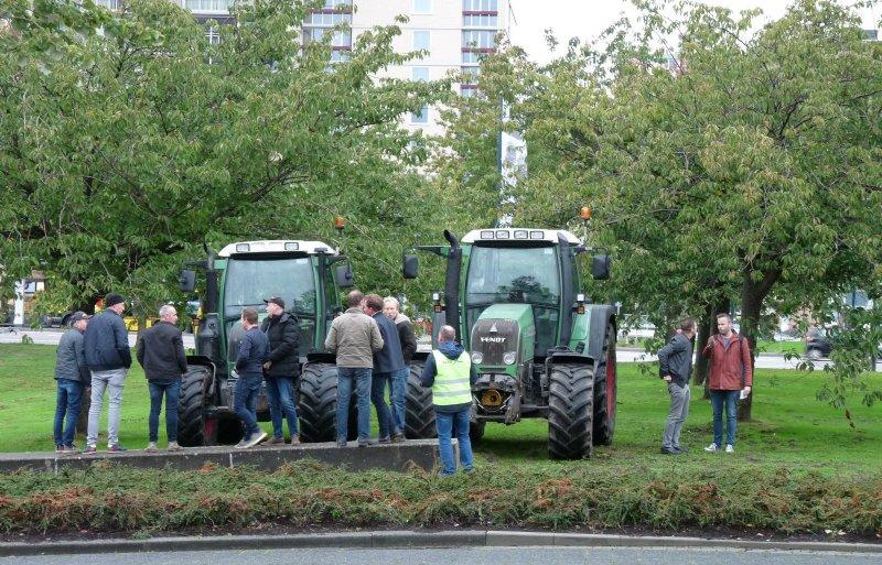 Boeren verzamelen zich met trekkers op het provinciehuis in Den Bosch