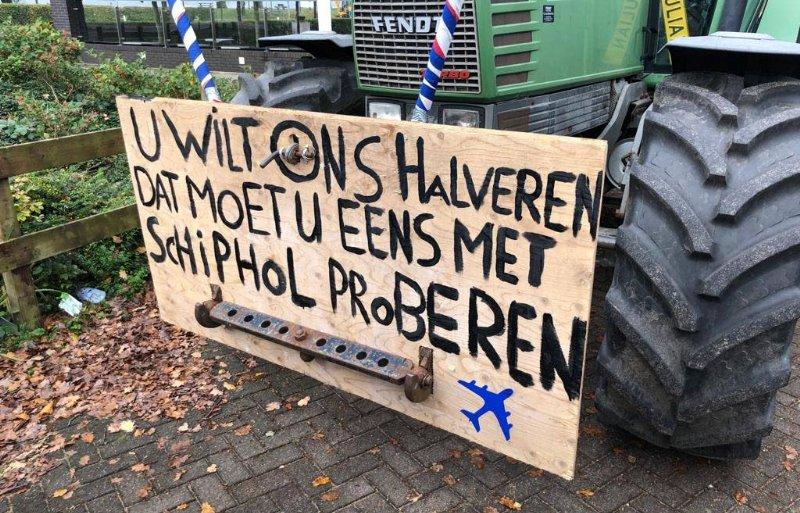 Boeren protesteren bij de provinciehuizen.