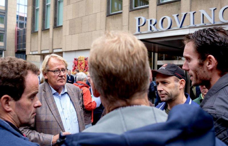 Boeren demonstreren bij het Provinciehuis in Den Haag vanwege de stikstofaanpak. Commissaris van de Koning Jaap Smit ging er met boeren in gesprek.