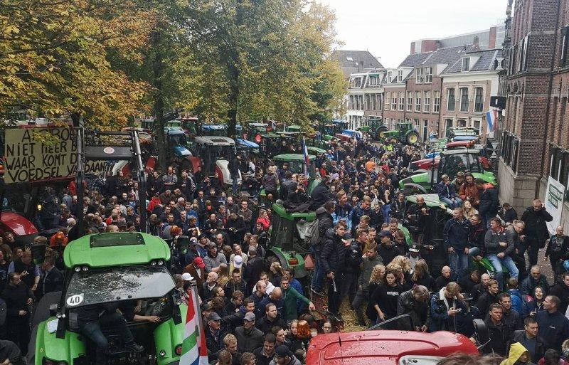 Boeren verzamelen zich massaal voor het Groninger provinciehuis.