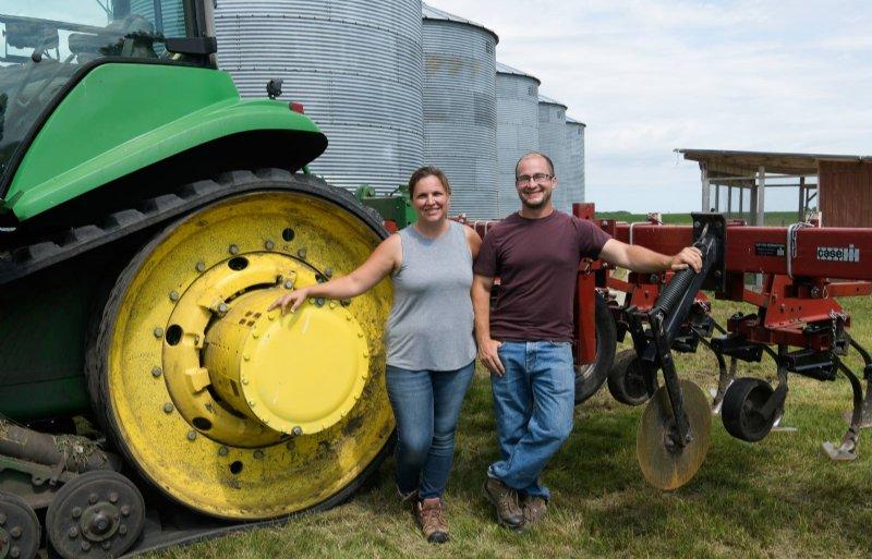 Anna en Peter Schwagerl mogen gangbare mest aanwenden op hun biologische akkers.