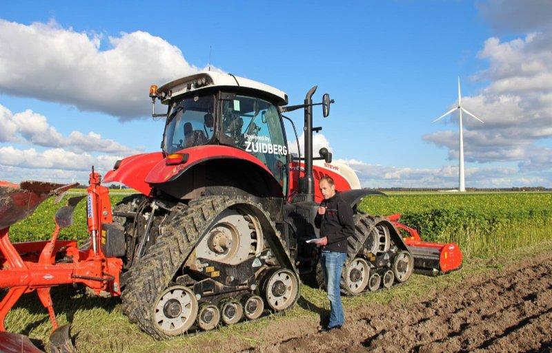 Kasper de Jonge van Zuidberg legt uit dat rubbertracks de bodem minder verdichten dan speciale lage drukbanden.